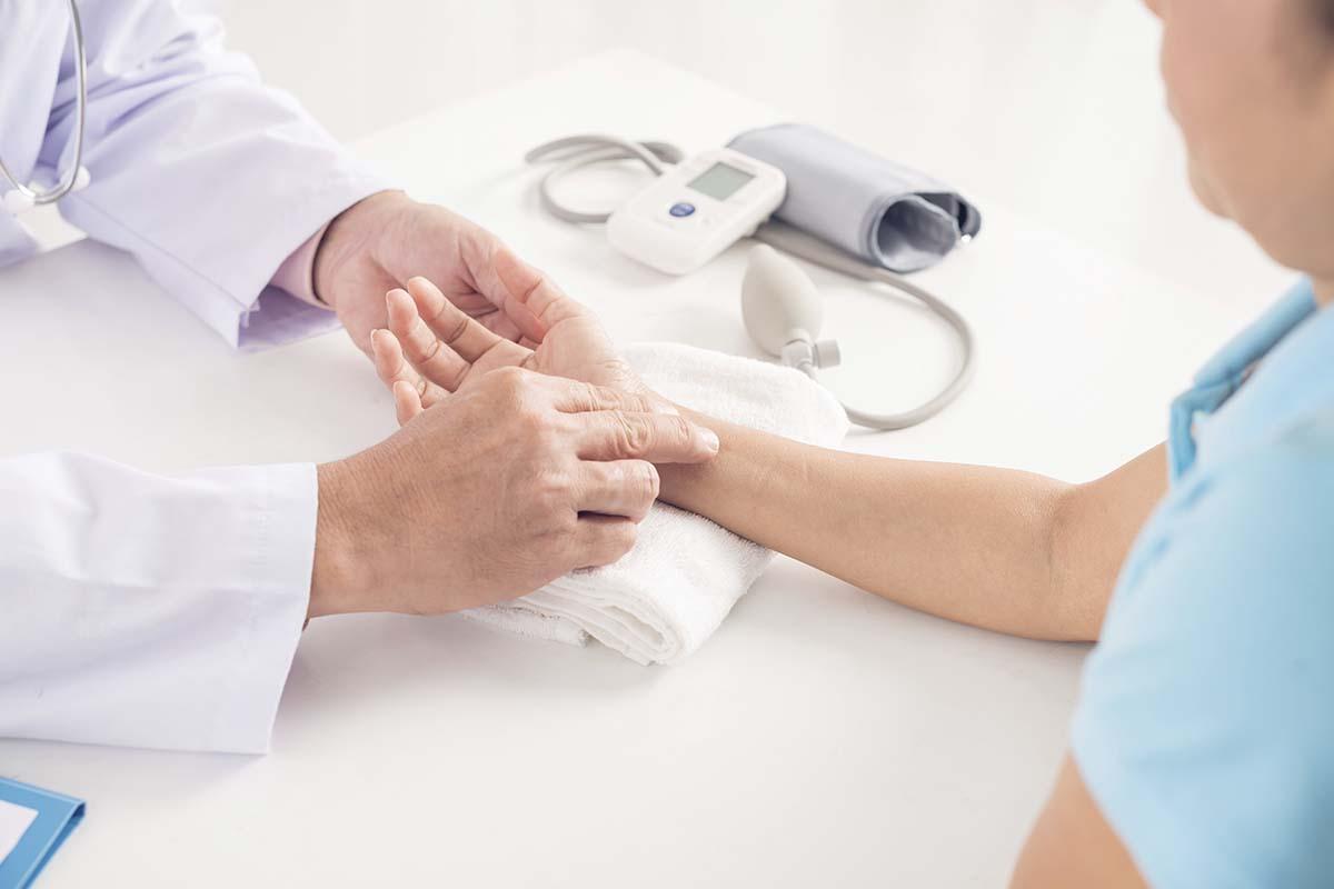 medico revisando su paciente